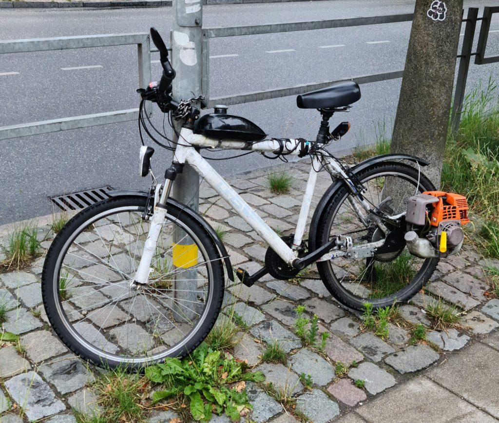 1593484390 0be2b66c61113534edb4ef615bf52e66 1024x867 - Мопед из велосипеда и косилки. Вот это руки у мужика!